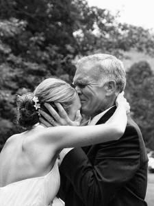 Odebírání od rodičů patří zase mezi nejemotivnější svatební zvyky.