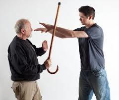 Krav Maga naučí efektivně využívat důchodců věci, které mají běžně u sebe