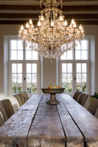 Krásná jídelna s krásným lustrem
